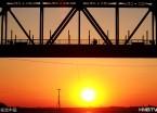 哈尔滨夕阳染红百年老桥 人行其上如走进木版画(组图)