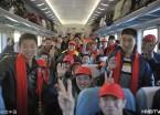 黑龙江民众乘火车返家满脸笑意(组图)