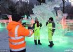 哈尔滨100名环卫工人免费观赏冰灯游园会(组图)