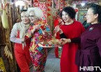 齐齐哈尔美女街头开心拍照迎接妇女节(组图)