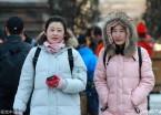哈尔滨气温依旧低 春光里市民穿羽绒服御寒(组图)