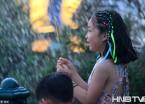 哈尔滨大风刮歪喷泉 天降清凉雨乐坏过节孩子