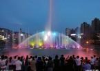 哈尔滨:最大的音乐喷泉开喷 吸引众多市民观看(组图)