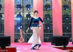 哈尔滨:高校毕业生盛装走红毯 留下美好回忆