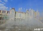 哈尔滨索菲亚教堂前喷泉现彩虹 游客享受夏日清凉(组图)
