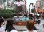 哈尔滨:百年老街免费表演 吸引市民驻足观看 (组图)