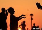 哈尔滨夕阳广场如同镀金 孩童剪影更显生活温馨美好(组图)