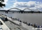 哈尔滨:水丰鱼多 江边钓鱼市民占满江堤 (组图)
