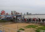 哈尔滨:太阳岛景区迎来暑期旅游高峰 游客排长队乘渡轮(组图)