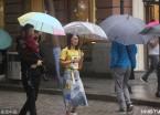 哈尔滨迎来降雨天气  气温下降市民穿秋装出行(组图)