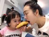 王鸥与包贝尔女儿吃面包亲亲