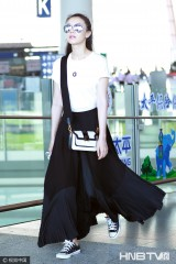 高圆圆白T配黑裙尽显优雅女神范儿