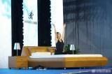 44岁李冰冰台上做瑜伽,大秀纤腰翘臀