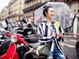 王鸥雨中漫步街头好浪漫 简约清爽演绎休闲风