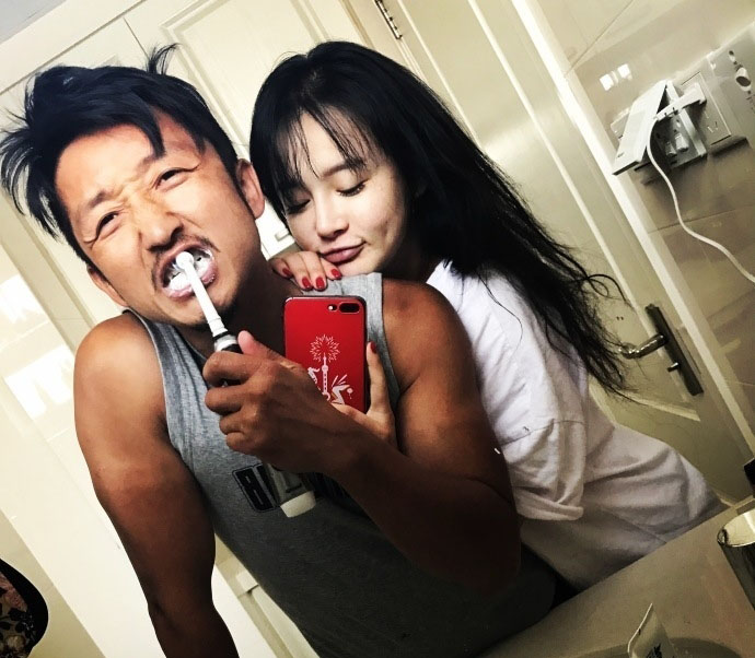 邹市明冉莹颖厕所刷牙搂抱