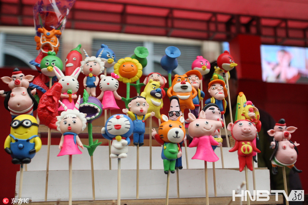 老艺人现场制作面人吸睛 哈尔滨中央大街举行民间艺术展
