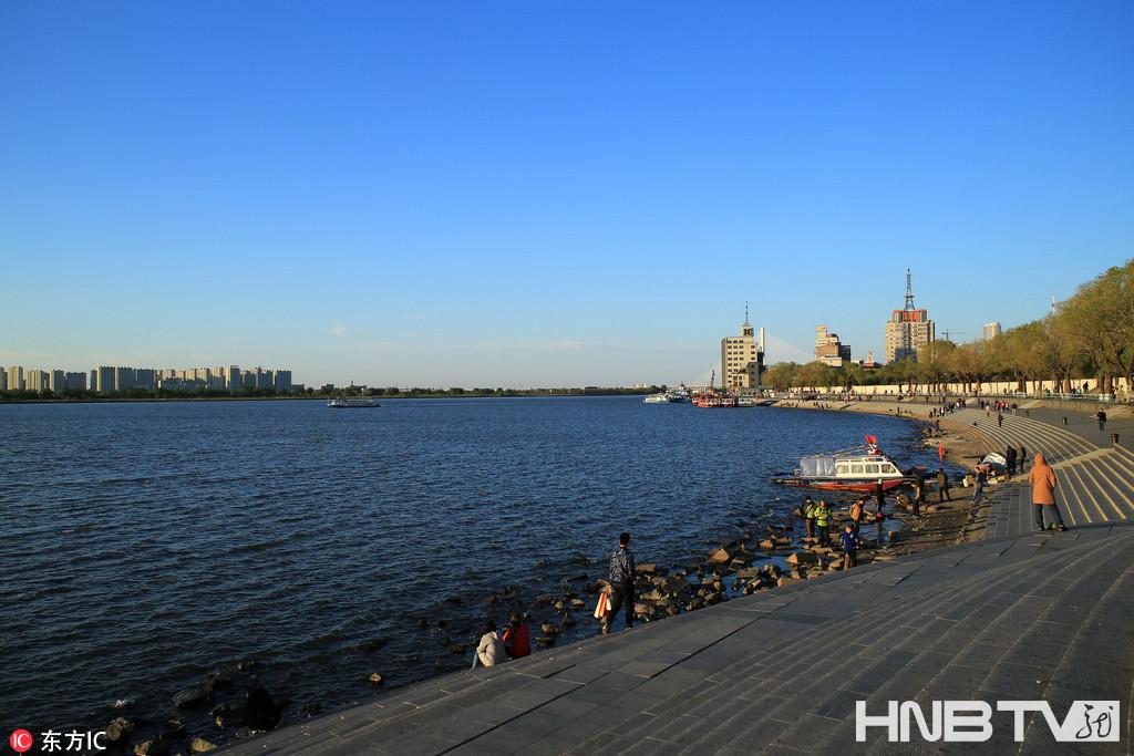 哈尔滨好天气降临 金色夕阳勾勒市民健身剪影