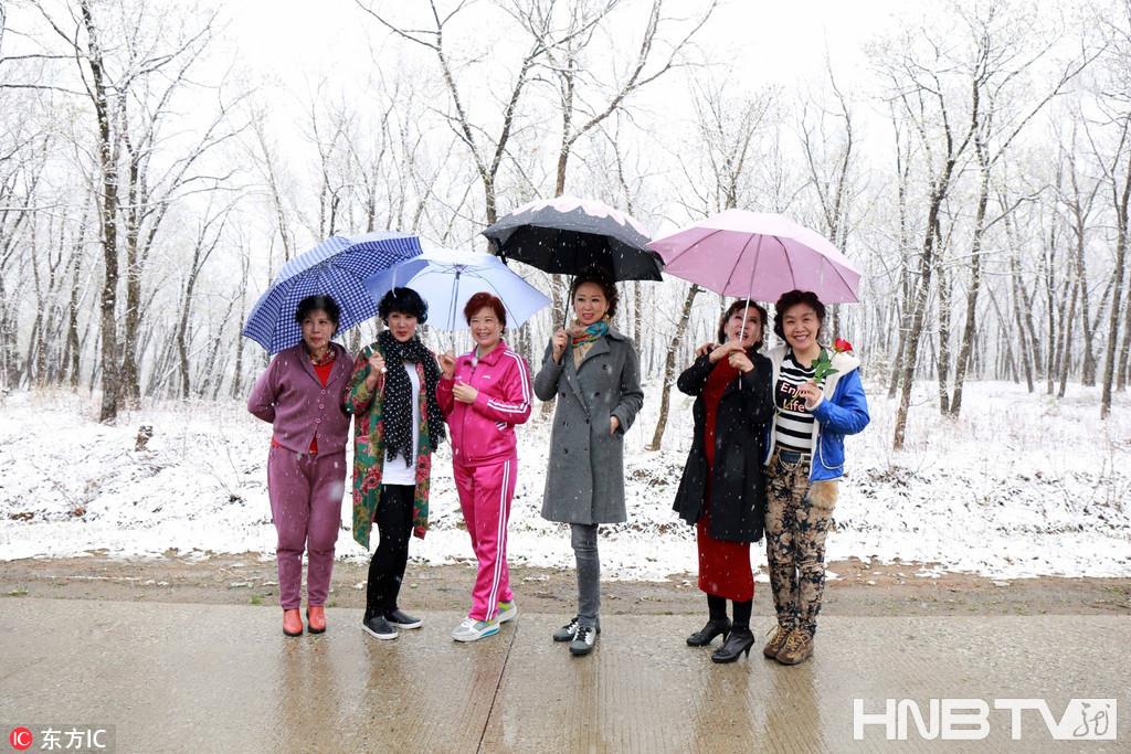 """黑龙江黑河5月""""任性雪""""想下就下 俏美人穿棉袄短裙丝袜秀身材赛美"""