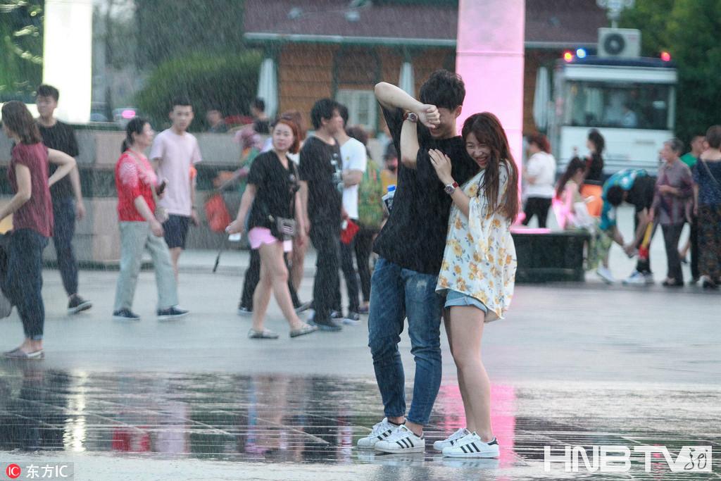 哈尔滨:六七级大风刮乱喷泉 孩子借风玩水降温