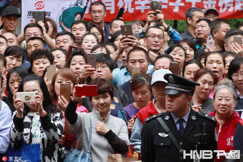 哈尔滨首场考试结束 家长考场外摆出相机阵