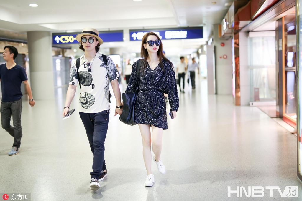 戚薇、李承铉十指紧扣现身机场 不时深情对视爱的火花四溅