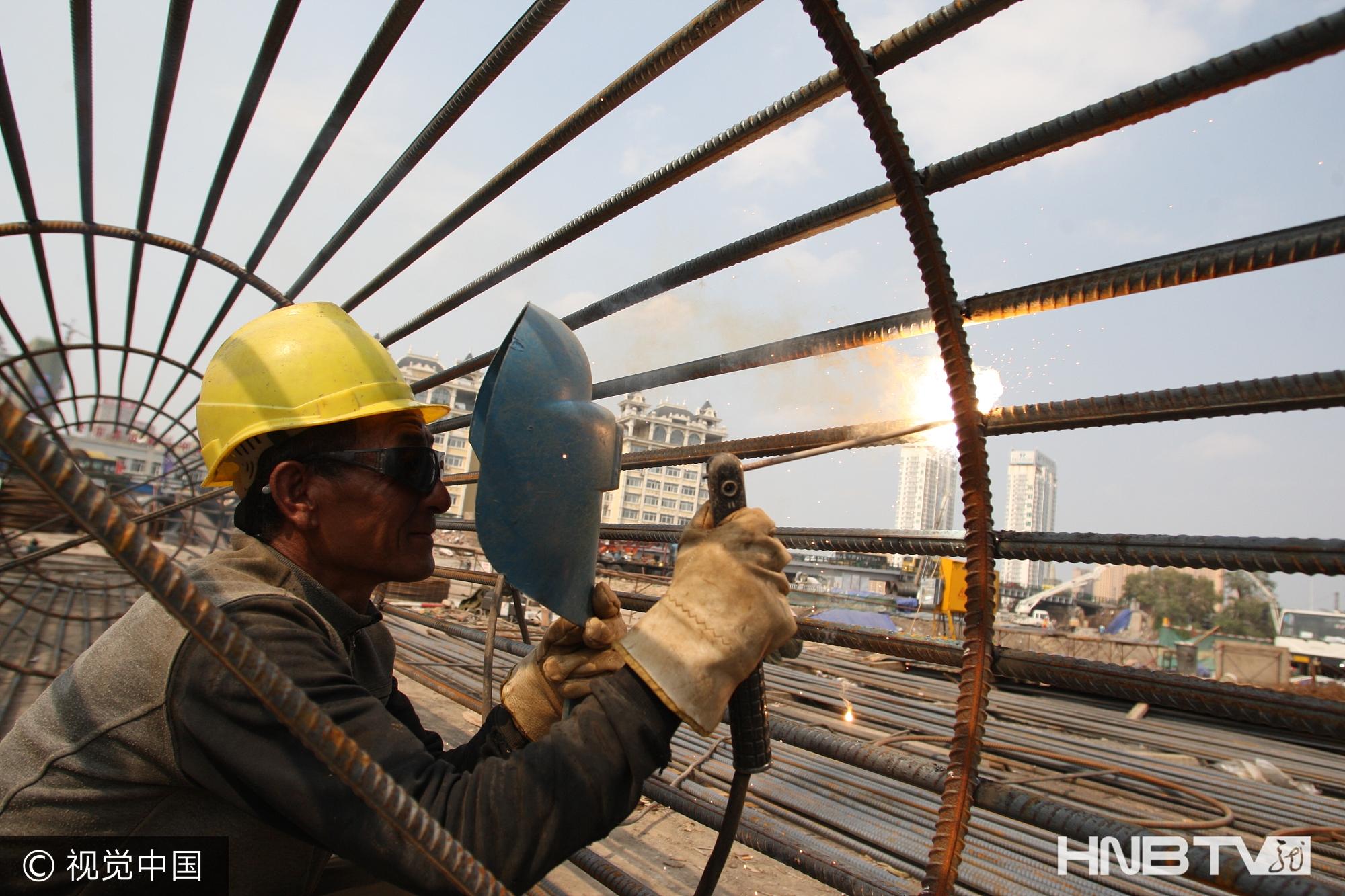 哈尔滨:劳动者战高温坚守岗位