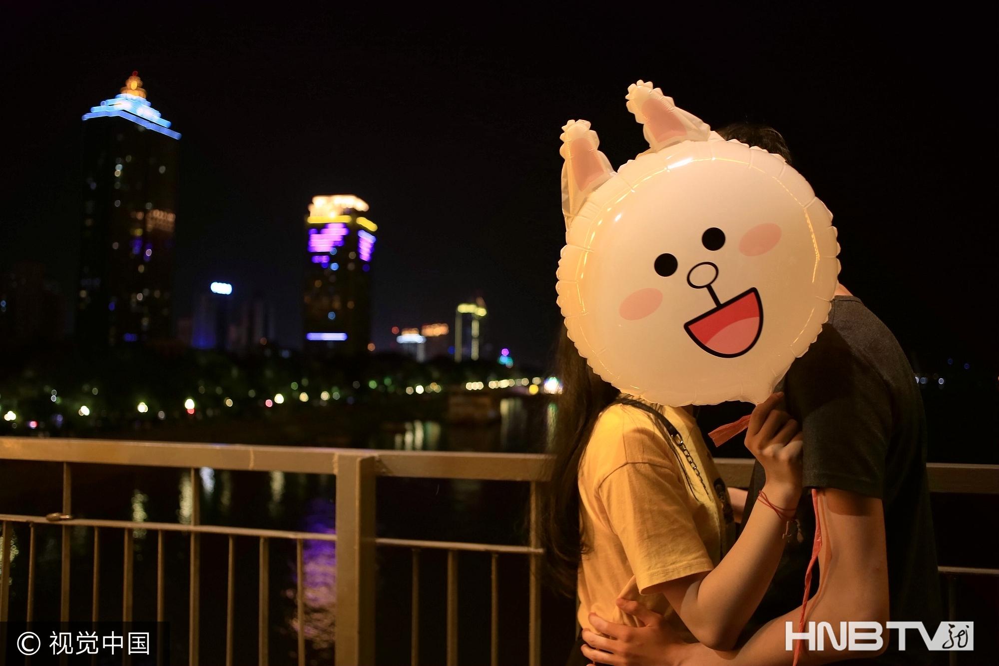 哈尔滨百年滨洲铁路桥成观江绝佳地 吸引众多情侣