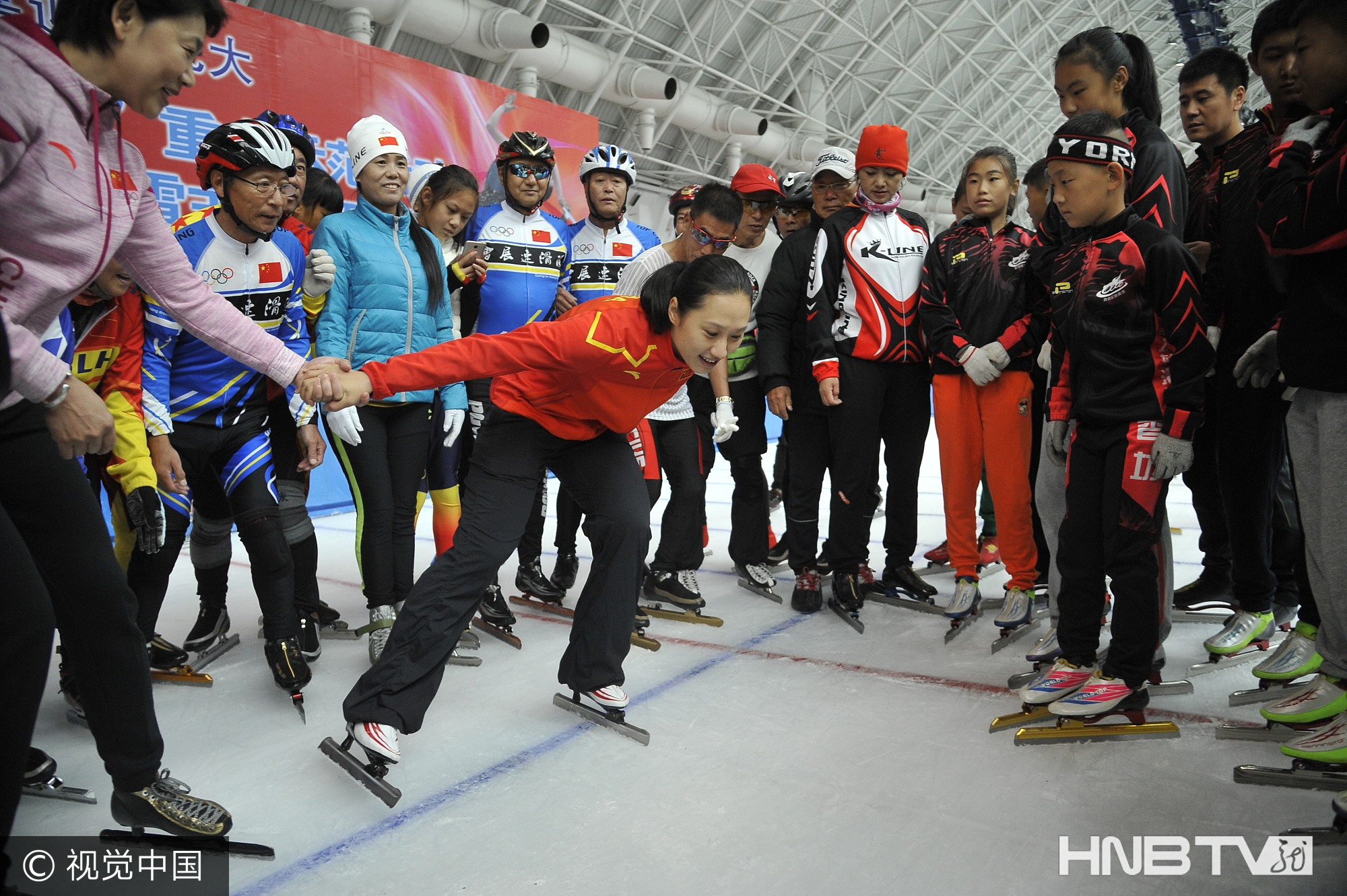 奥运冠军张虹全民健身日与冰迷互动(组图)