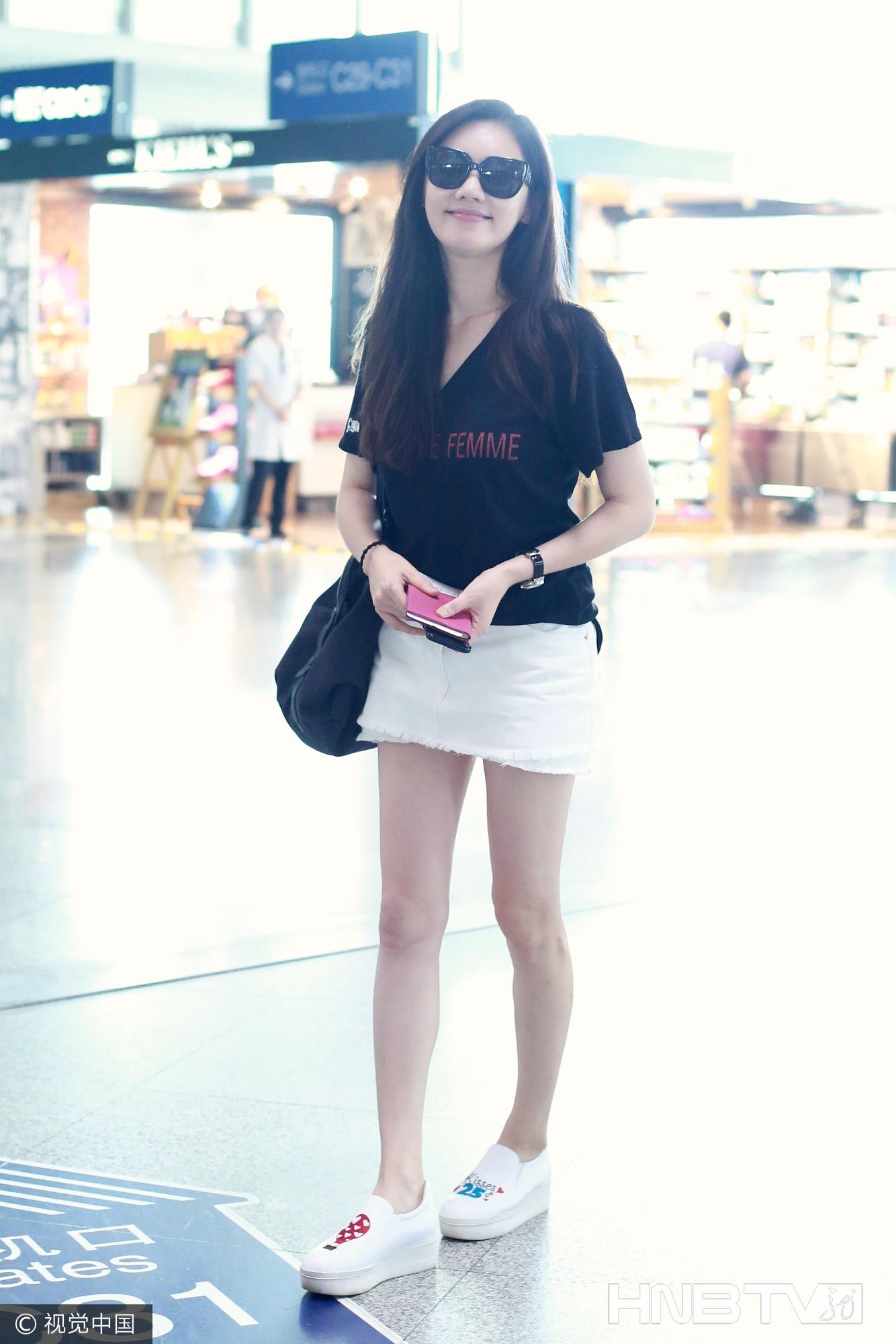 秋瓷炫黑T搭白色短裙 涂鸦厚底鞋休闲利落