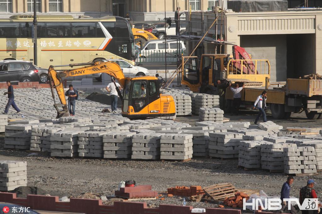 哈尔滨火车站北广场加紧建设 路面铺设步道砖(组图)