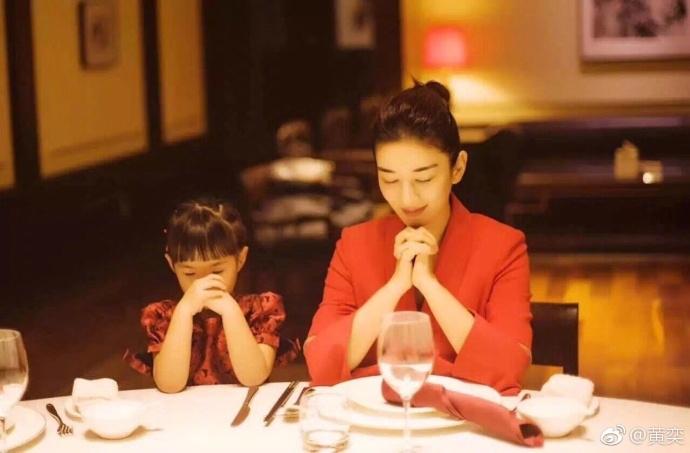 黄奕生日和女儿一起许愿 同穿红色温情满满