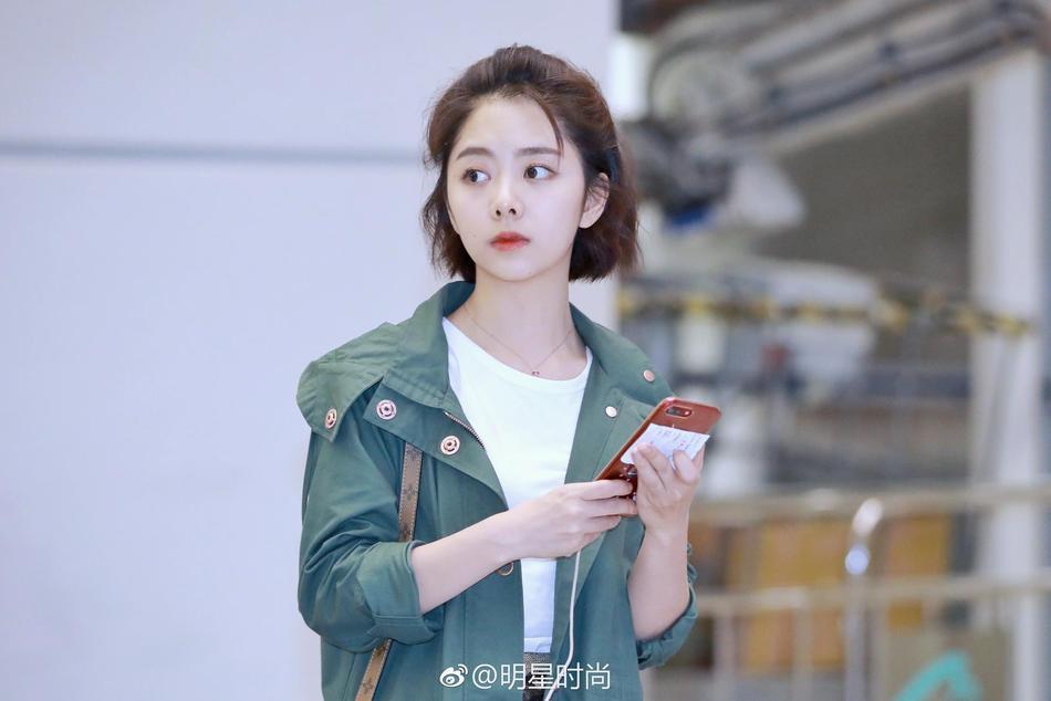 谭松韵迷彩短裙现身机场 干练短发显青春活力