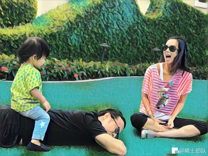 章子怡带女儿香港迪士尼游玩 汪峰抱醒醒坐车