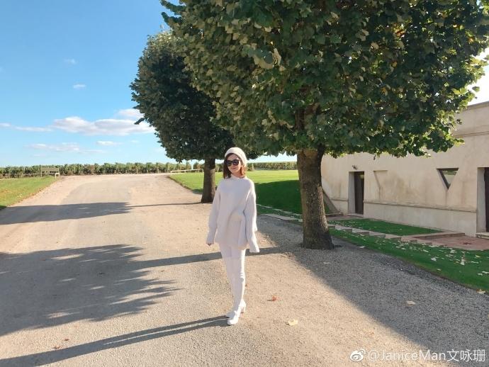 文咏珊旅行搭配从头到脚一身白 气质清新很美腻