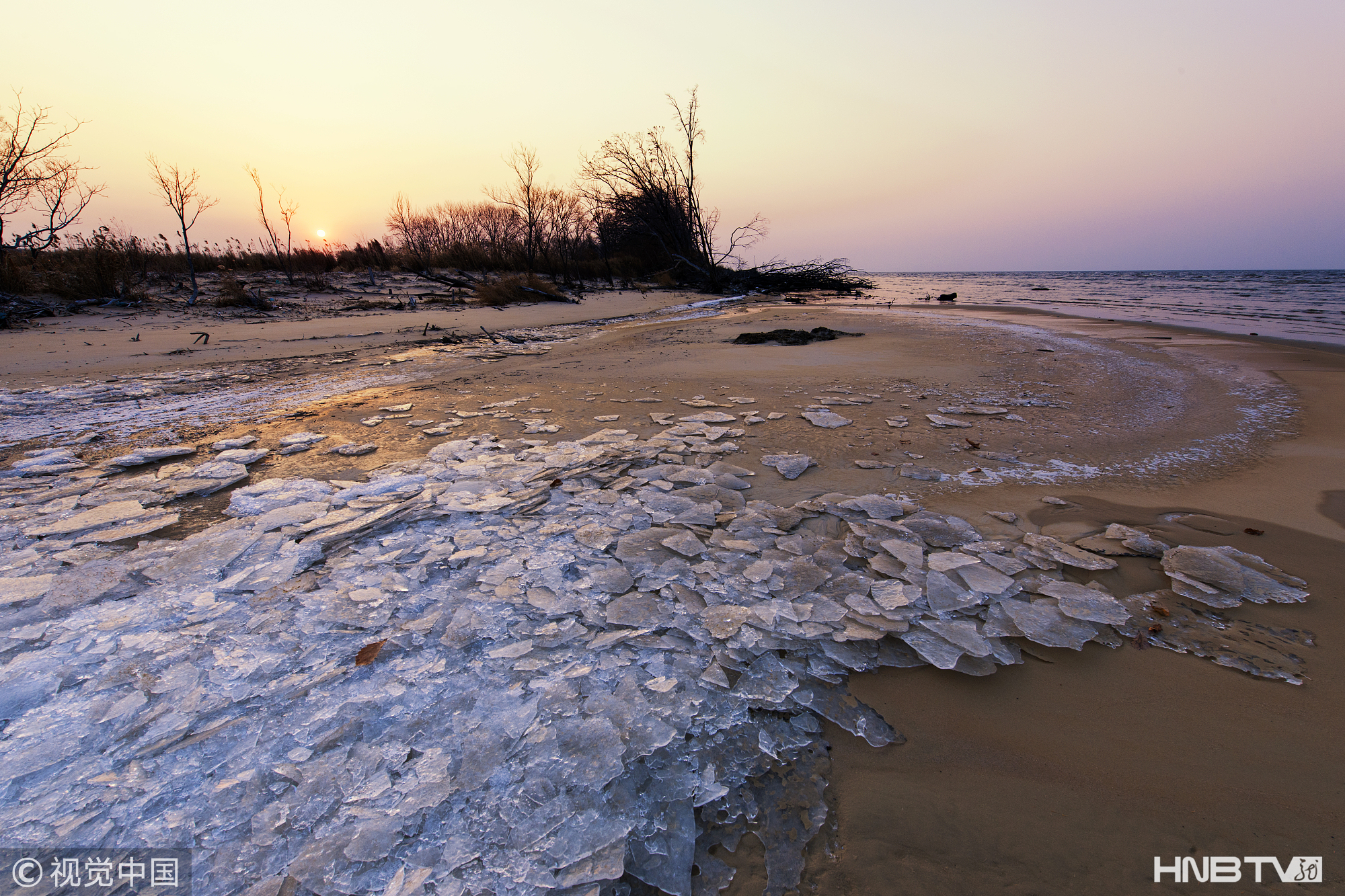 鸡西:中俄界湖兴凯湖进入结冰期(组图)
