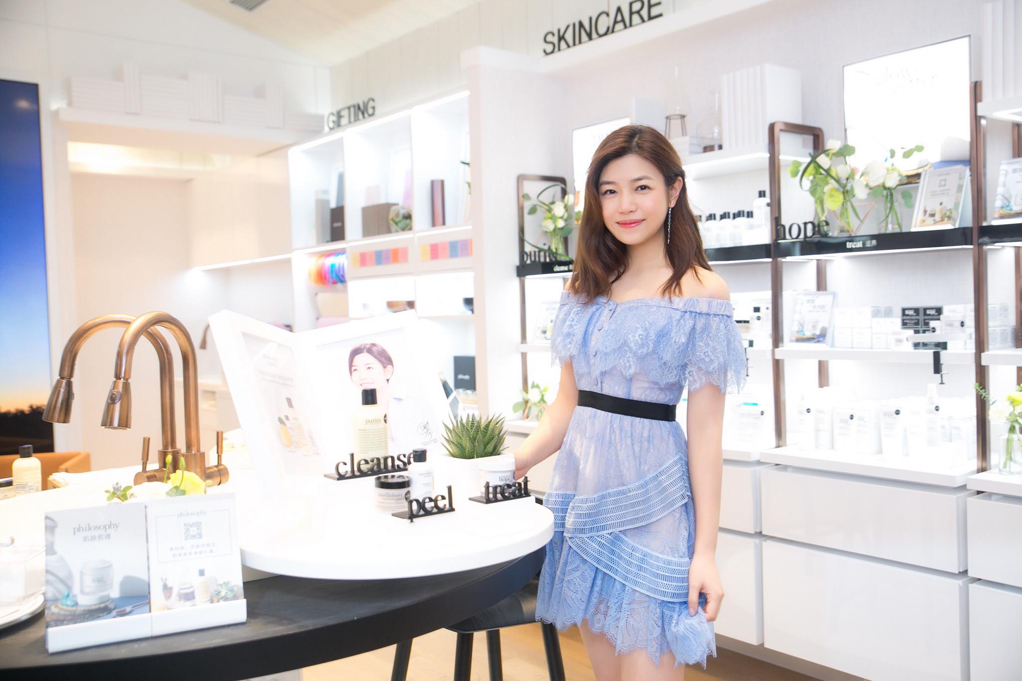陈妍希亮相品牌活动 一袭天蓝连衣裙仙气十足