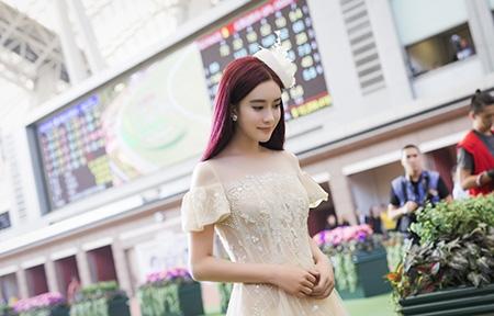 孟子义亮相时尚活动 薄纱长裙气质佳