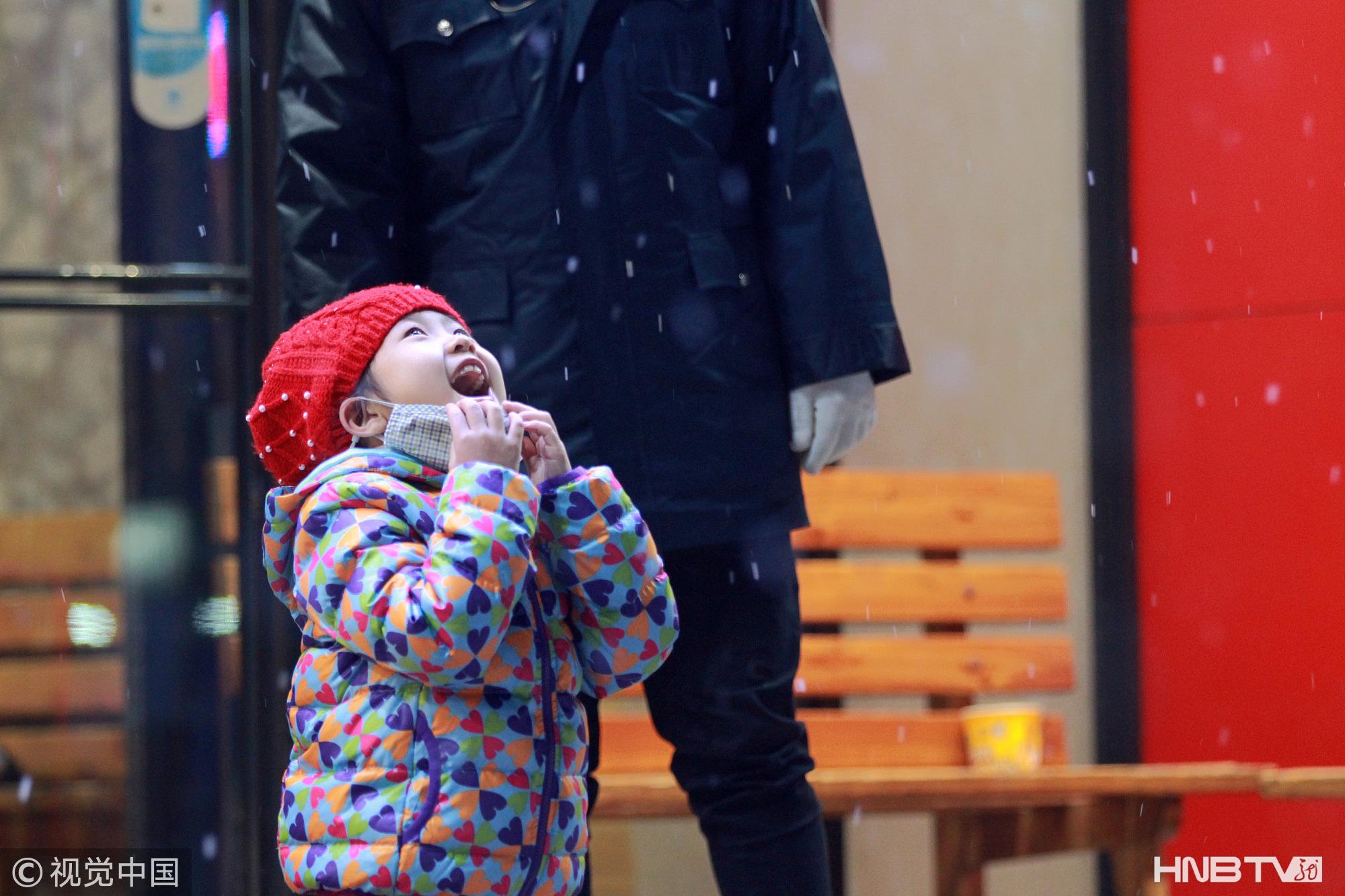 哈尔滨降下今冬初雪 漫天飞舞给市民带来惊喜(组图)