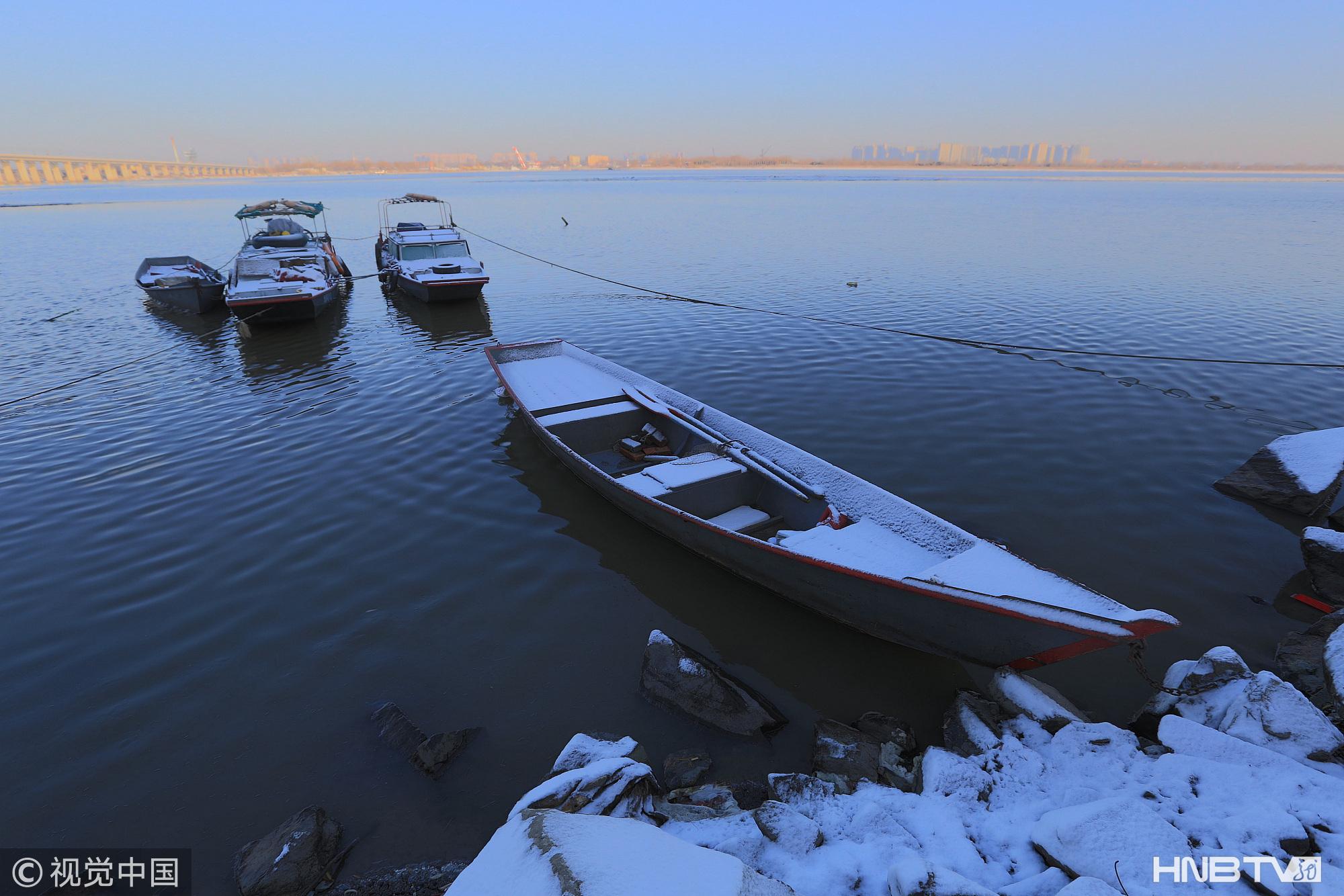 雪后哈尔滨江畔景色清新 降温6度不耽误市民健身(组图)