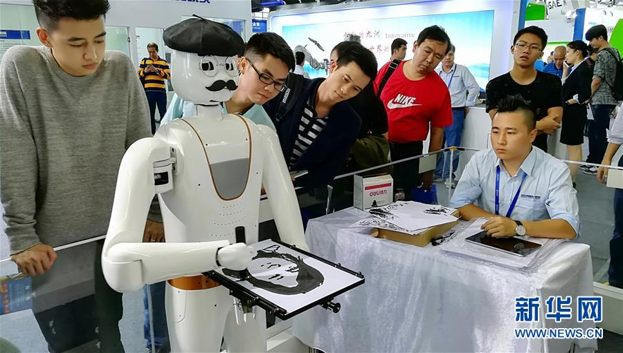 第十九届中国国际高新技术成果交易会现会画人像的机器人(组图)