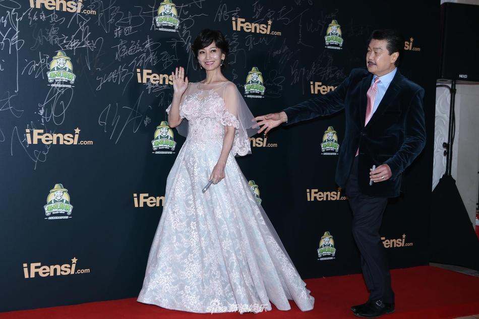 赵雅芝白色蕾丝薄纱长裙优雅 与老公走红毯十指紧扣