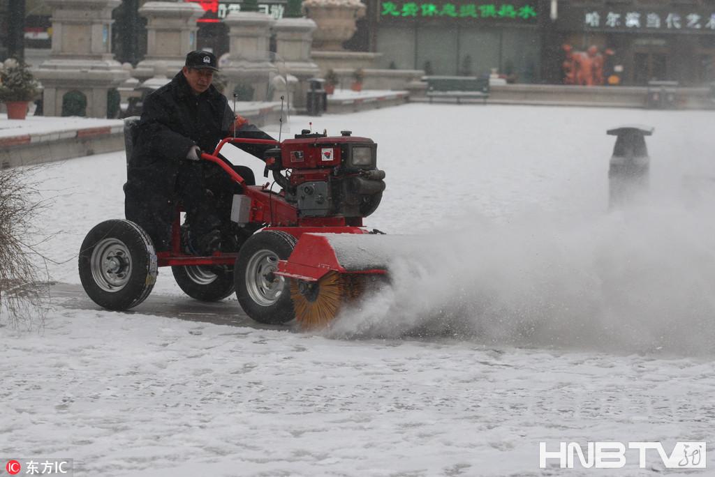 """哈尔滨开启""""冰雪模式"""" 最小清雪车亮相冰城(组图)"""