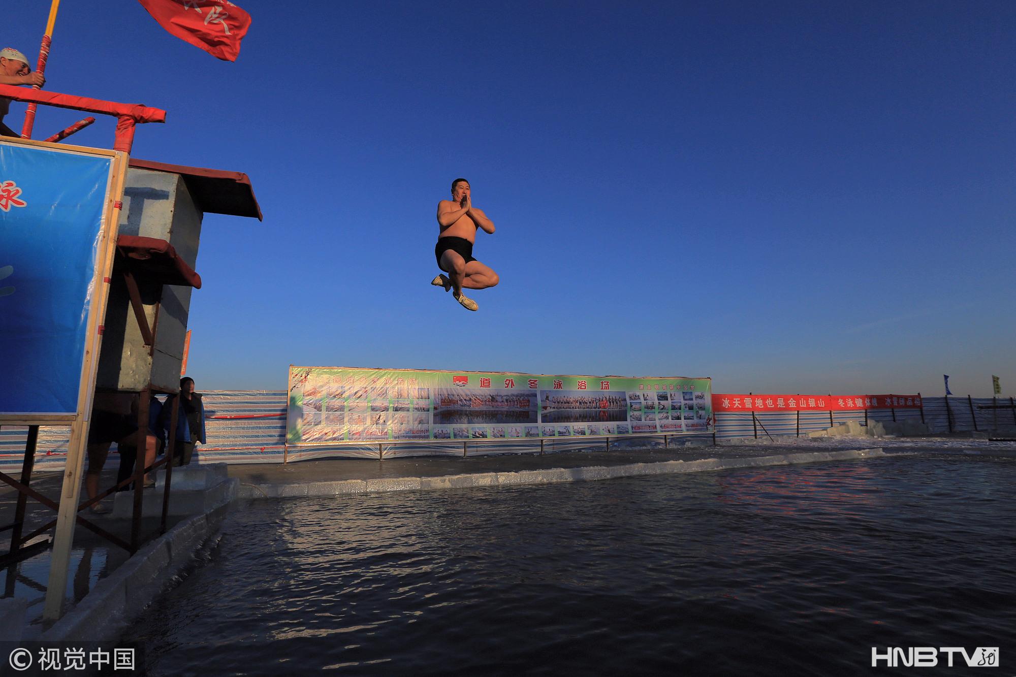 哈尔滨:十米深航道破冰开游 中国最冷晨泳池入冬首秀(组图)