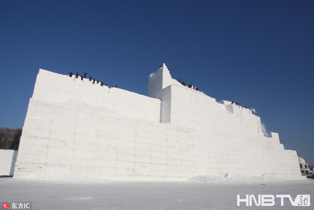 哈尔滨太阳岛雪博会33米主雪雕开铲(组图)