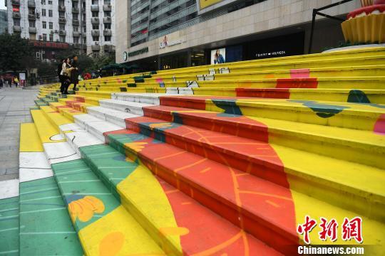 重庆街边绚丽彩色台阶吸引路人