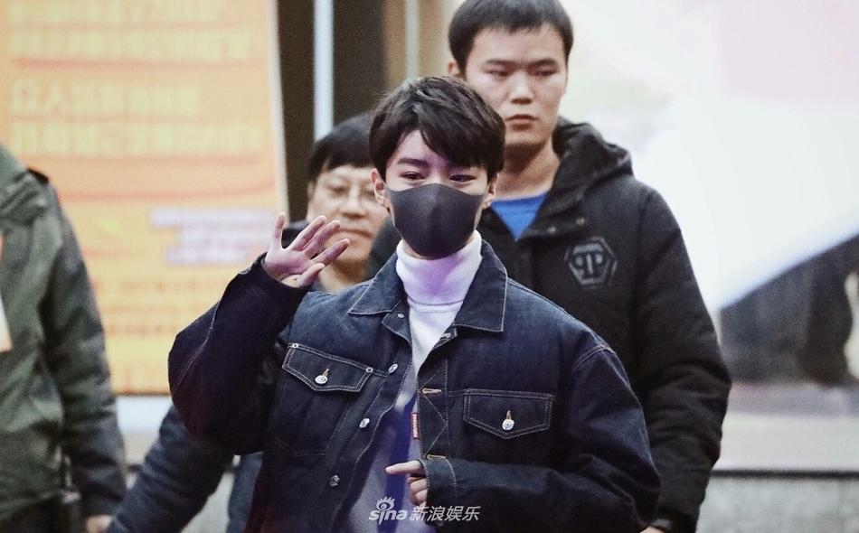 王俊凯录制节目后穿厚重羽绒服御寒 暖心叮嘱粉丝早点回家