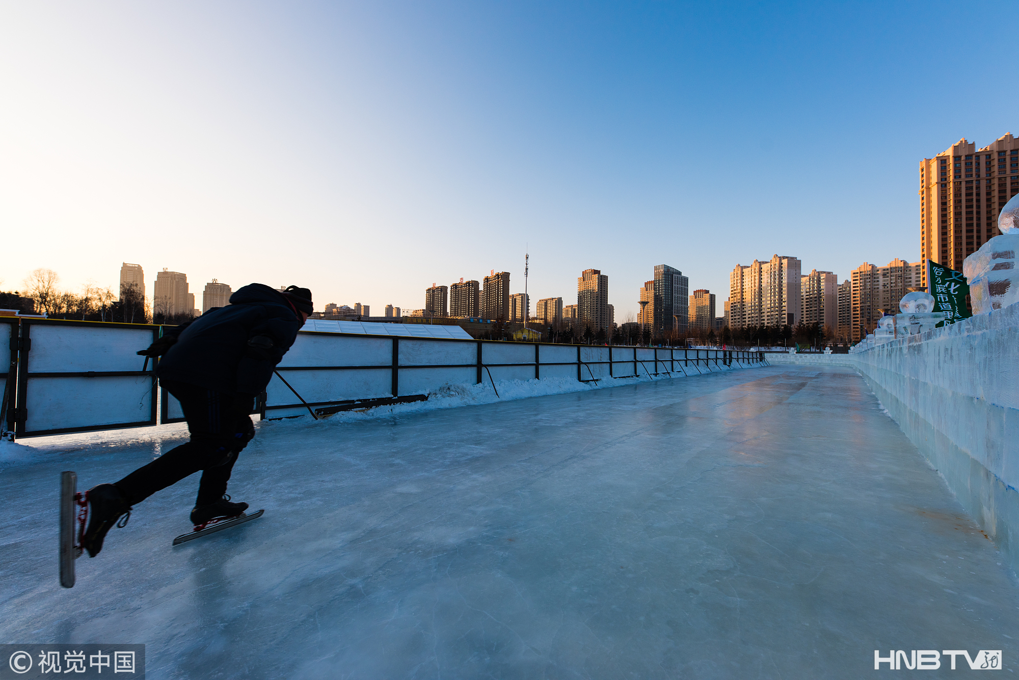 哈尔滨:冬日热情不减 市民乐享冰雪运动(组图)