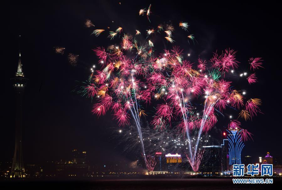 澳门举行烟花汇演庆祝回归祖国18周年