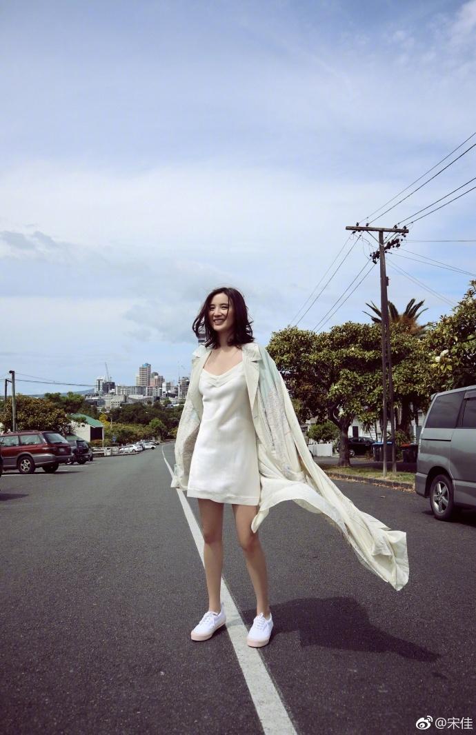 宋佳穿连衣裙美腿瞩目 阳光下跳跃活泼灵动