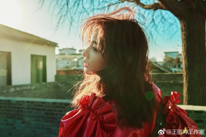 时尚先锋或浪漫少女?王丽坤冬日暖阳下诠释鸟语花香